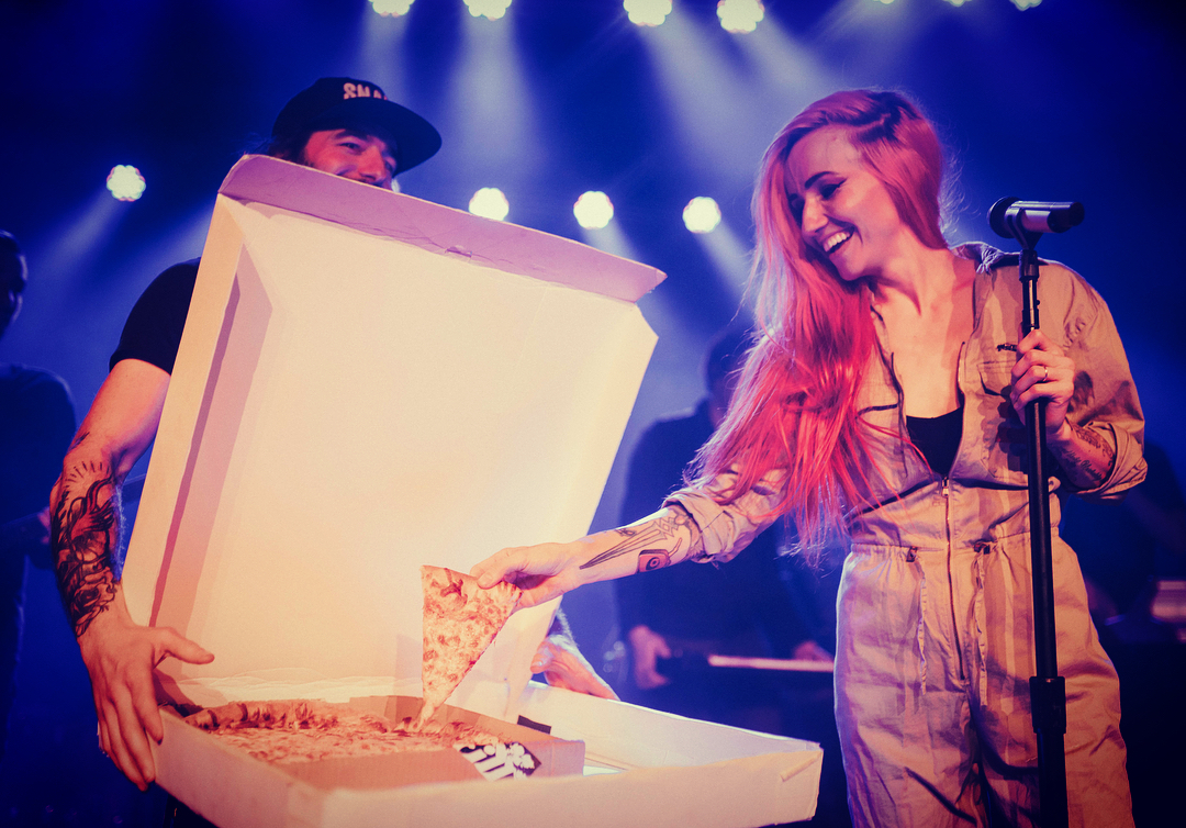 PHOTO: Lights eating pizza